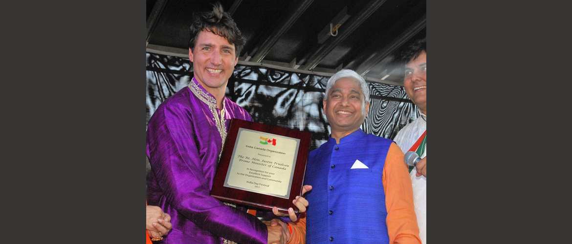 H.E. Mr. Vikas Swarup, High Commissioner presenting plaque to The Right Honourable Justin Trudeau, P.C., M.P., PM of Canada on behalf of India Canada Organisation on during India Day Parade on August 20, 2017 in Montreal